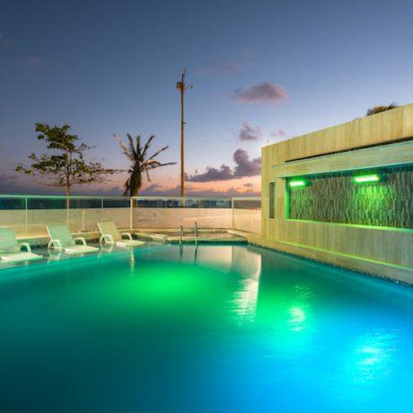 Piscina vista nocturna  — Hotel Bahía Sardina, San Andrés Isla, Colombia (http://www.bahiasardina.com). Fotografía: Mario Carvajal / Julián Santacruz www.fotur.org